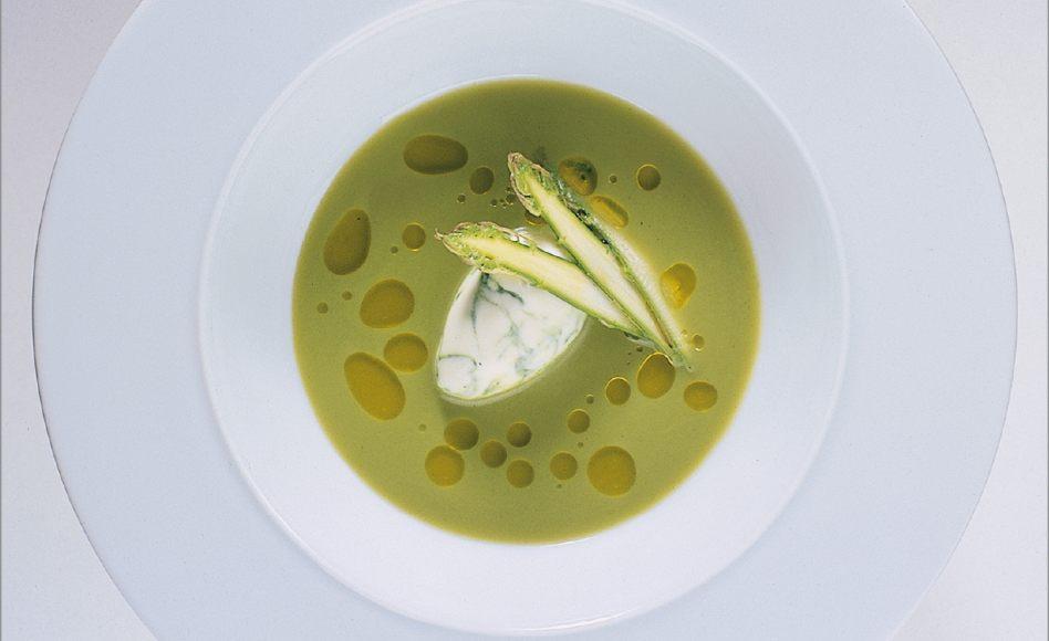 Bouillon glacé d'asperge verte en cappuccino vert et blanc