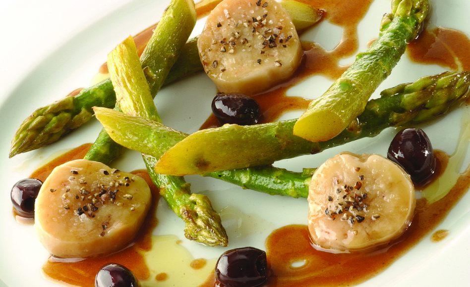 Asperges rôties, poudrées de parmesan, jus de boeuf corsé aux olives et à la moëlle