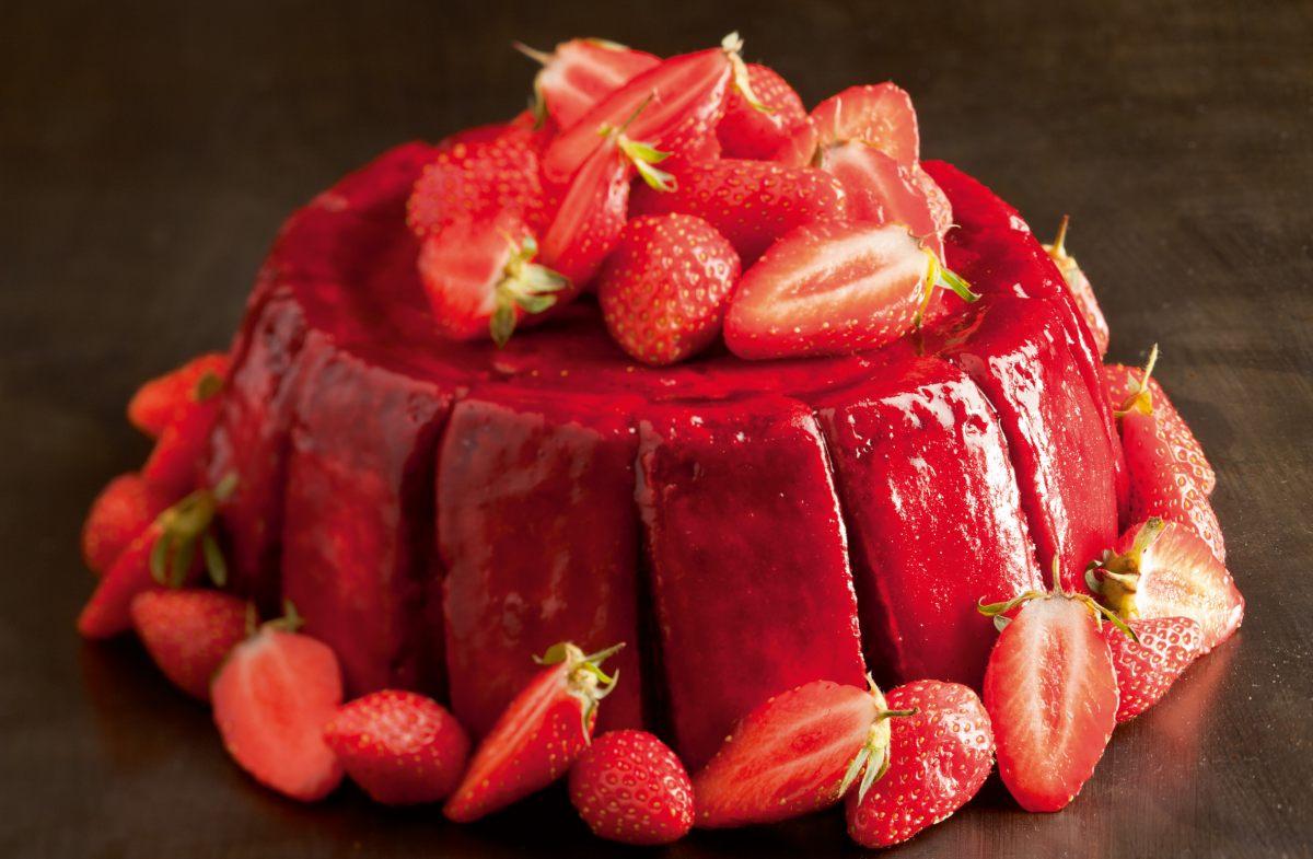Charlotte aux fraises par l 39 ecole de cuisine alain ducasse for Alain ducasse ecole de cuisine