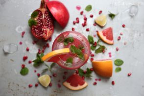 Cocktail fruité multicolore au gin