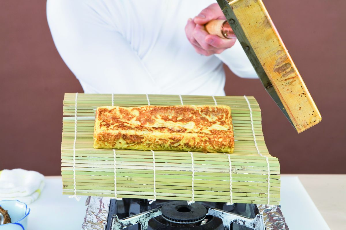 omelette japonaise tamagoyaki par l 39 ecole de cuisine alain ducasse. Black Bedroom Furniture Sets. Home Design Ideas