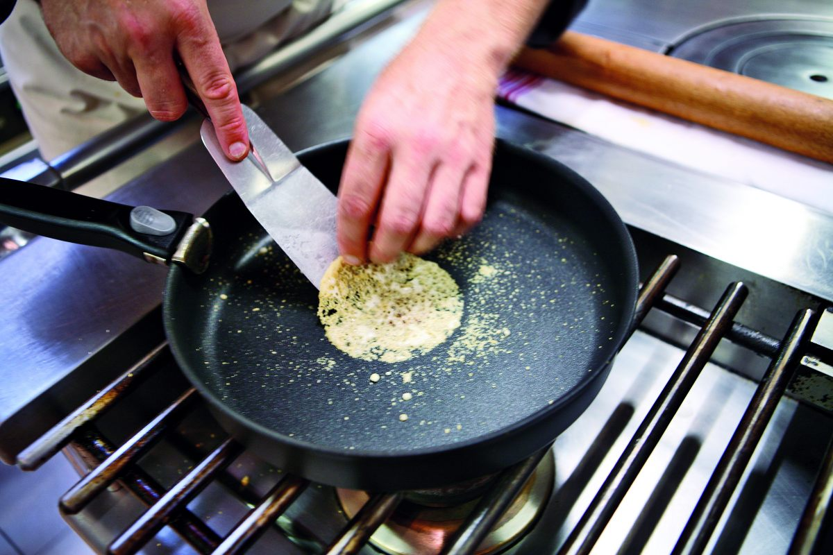 Tuile de parmesan par l 39 ecole de cuisine alain ducasse for Alain ducasse ecole de cuisine