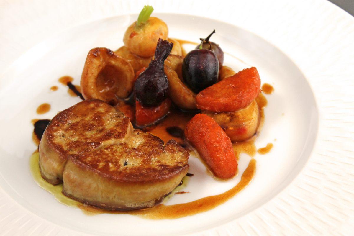 Foie gras poêlé, légumes et fruits d'hiver au porto