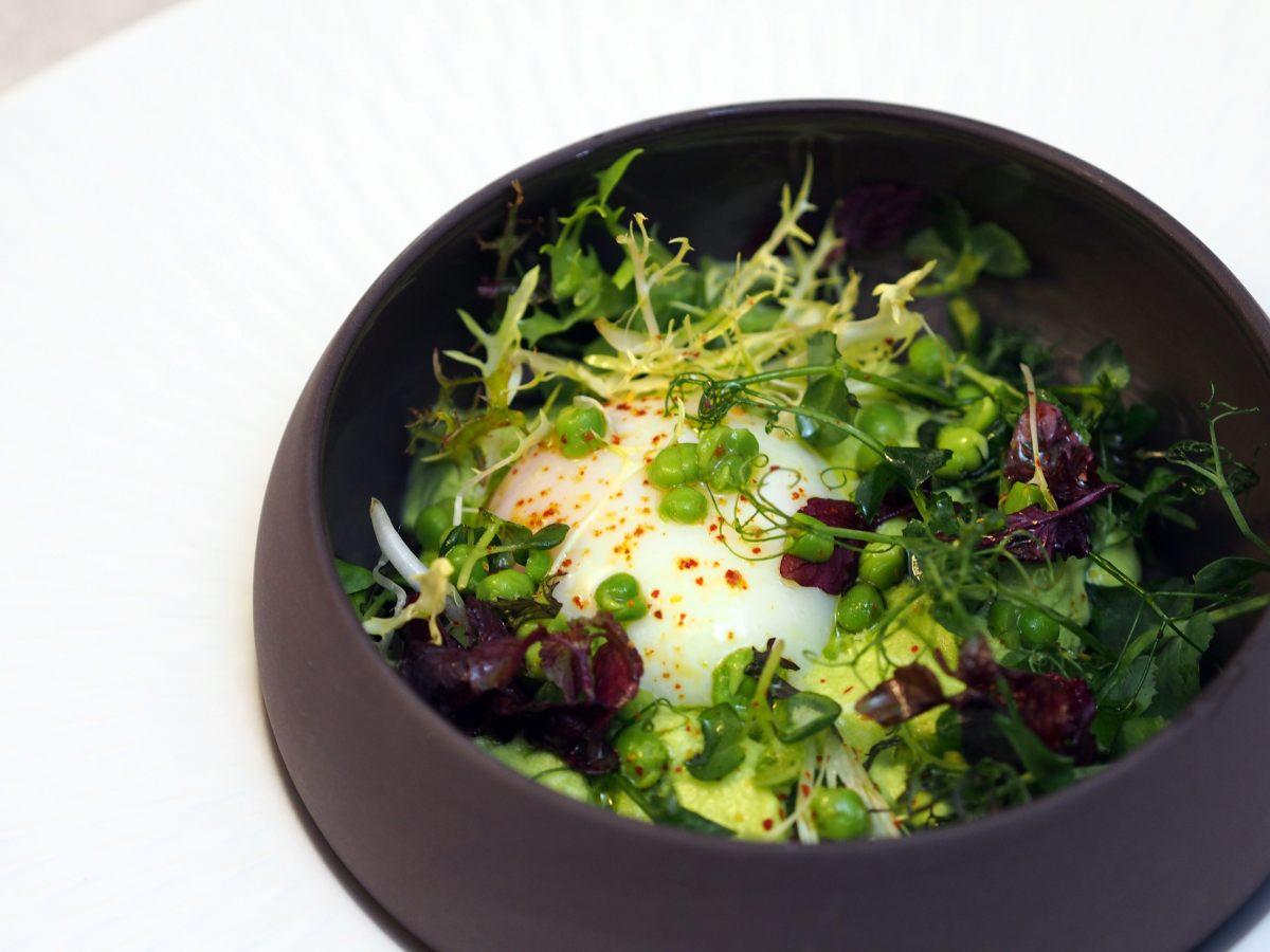 Oeuf mollet aux petits pois et salade d'herbes
