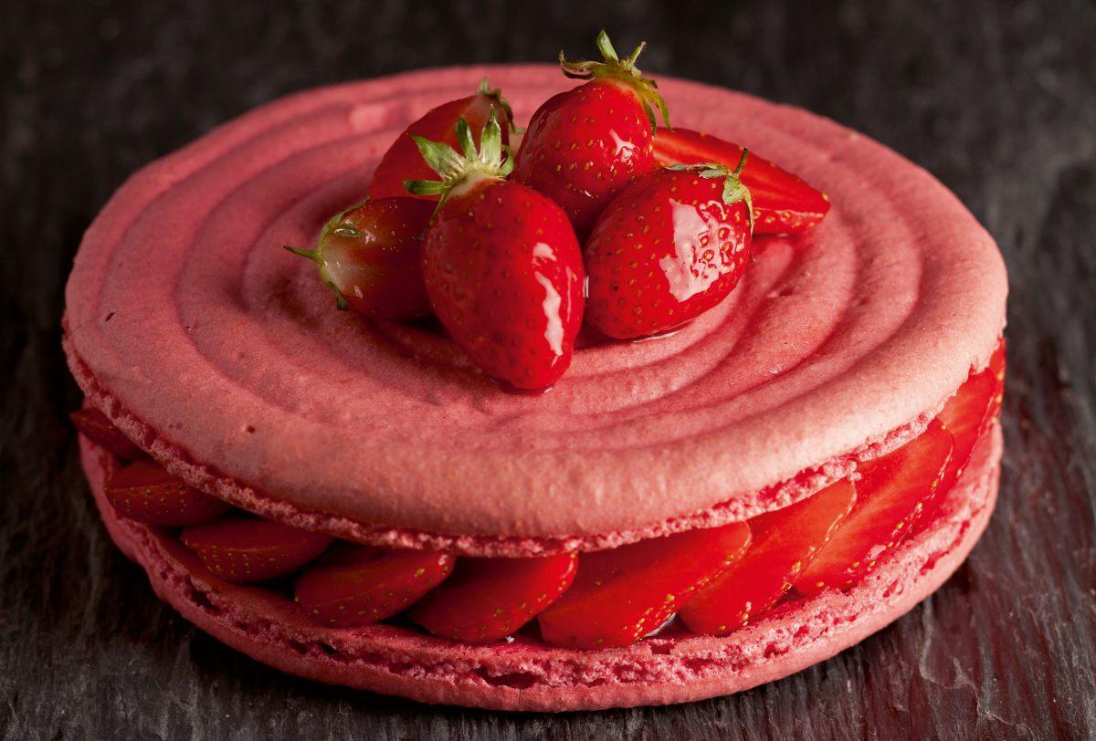 G teau macaron la fraise par l 39 ecole de cuisine alain for Alain ducasse ecole de cuisine