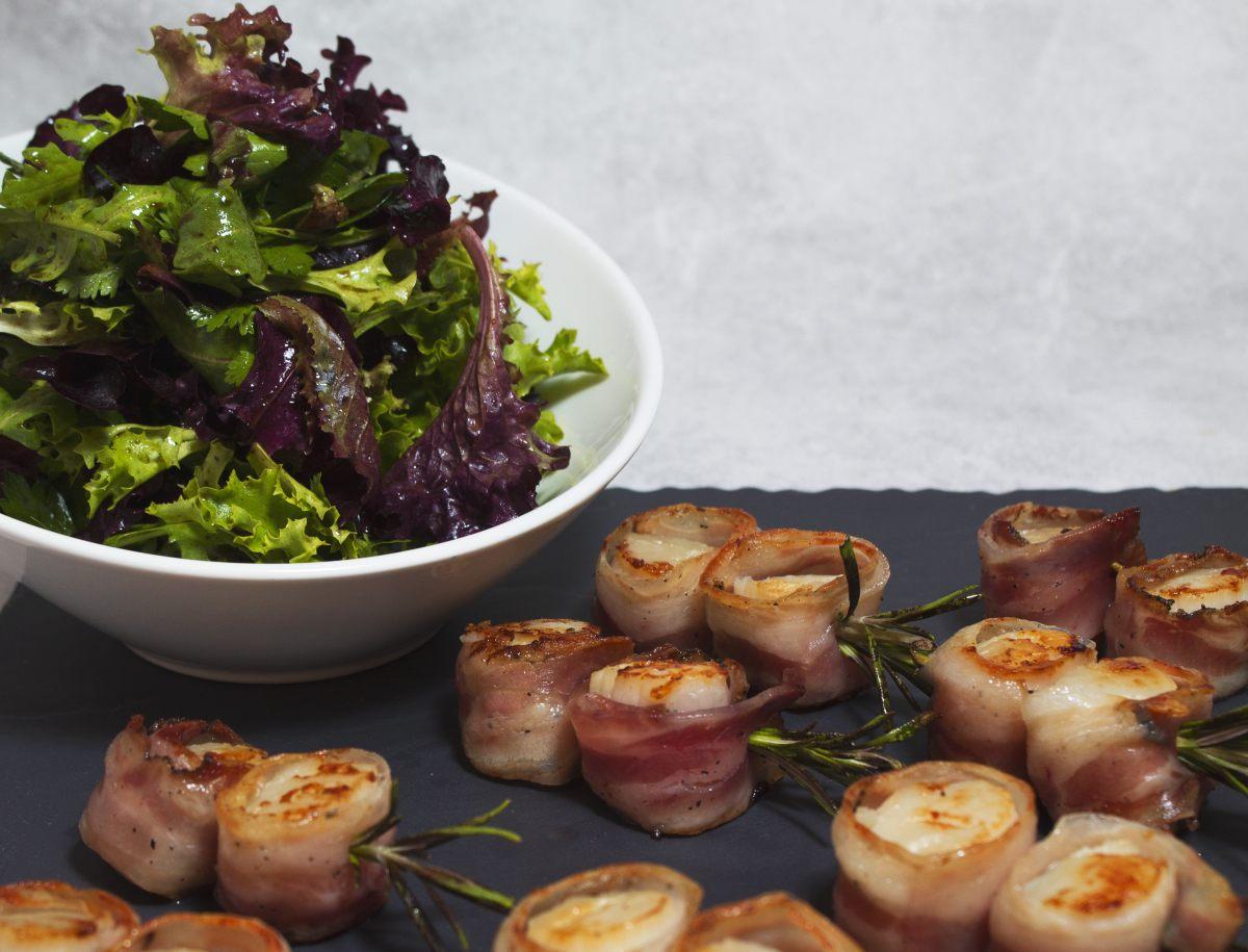 Brochettes de Saint-Jacques au lard, salade d'herbes acidulée