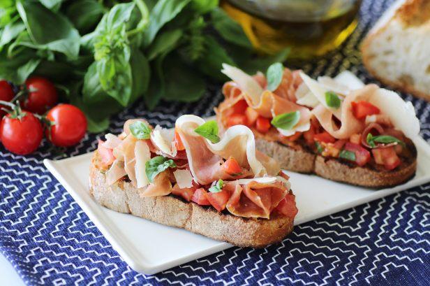 Recette de bruschetta au jambon cru et au parmesan - Cuisine italienne recette ...