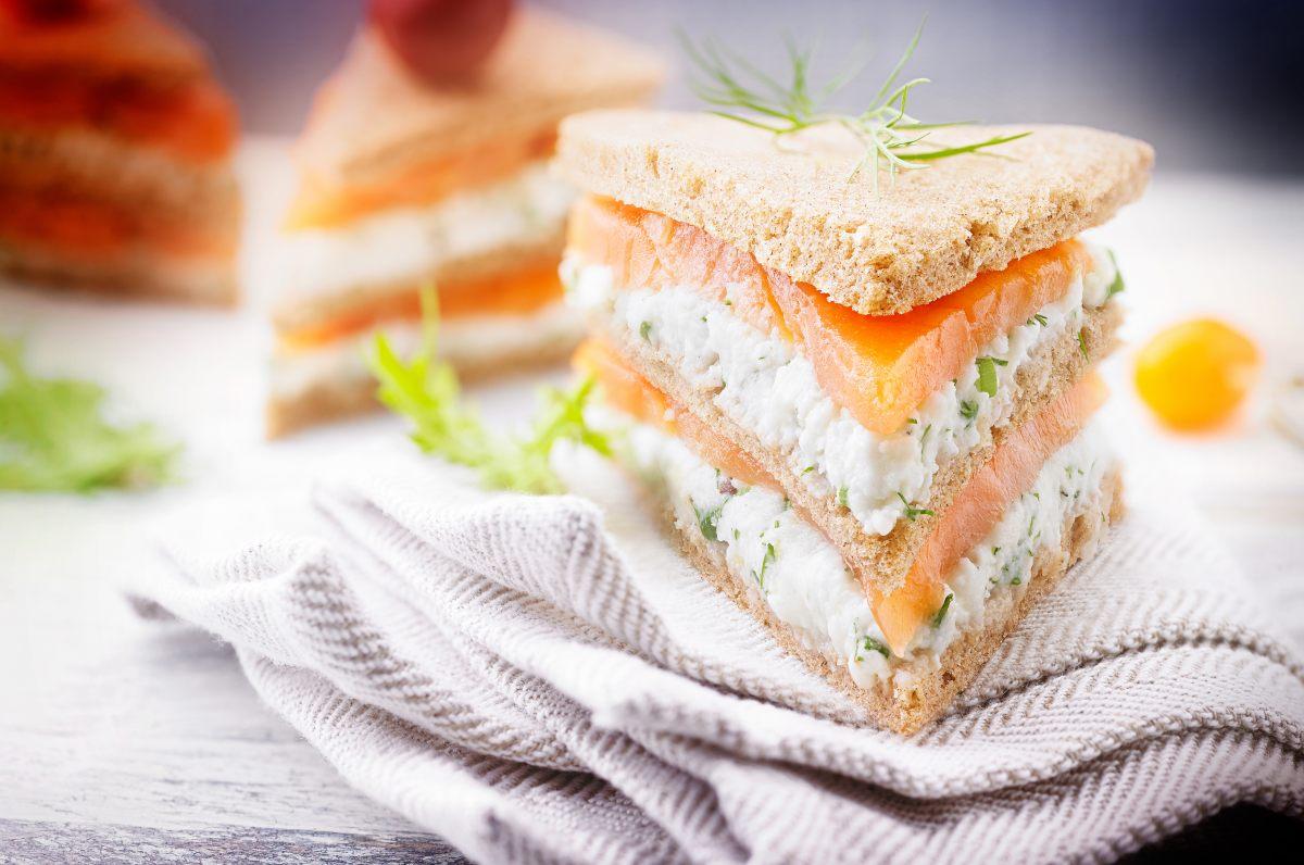 recette des mini club sandwichs au saumon. Black Bedroom Furniture Sets. Home Design Ideas