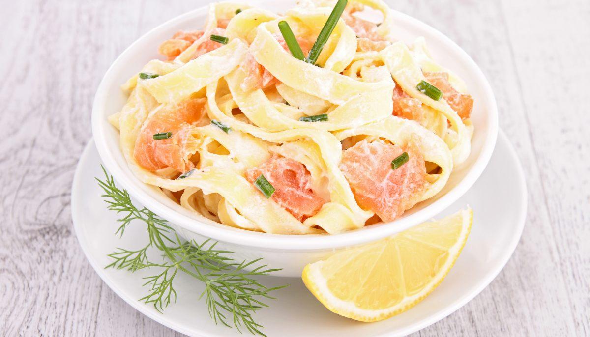 recette de salade de p tes pappardelles au saumon fum et au concombre par alain ducasse. Black Bedroom Furniture Sets. Home Design Ideas