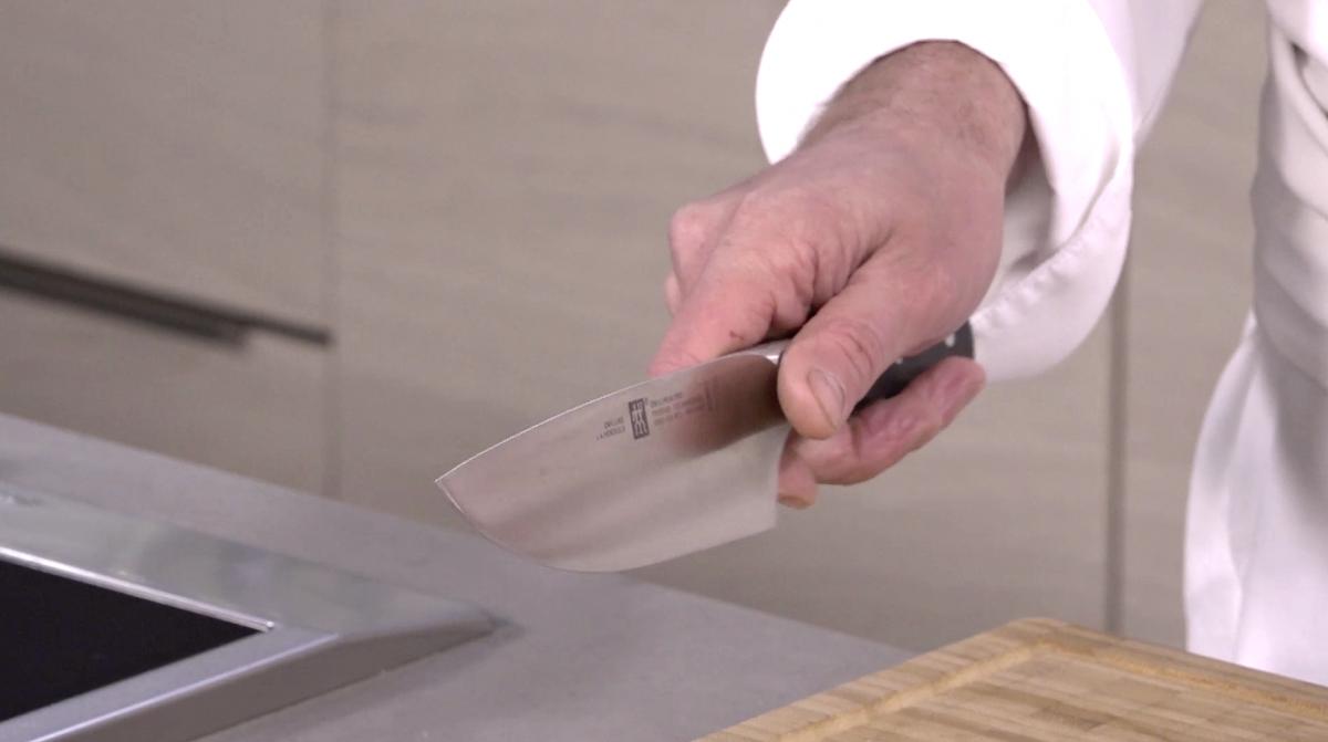 Tenir et manier un couteau
