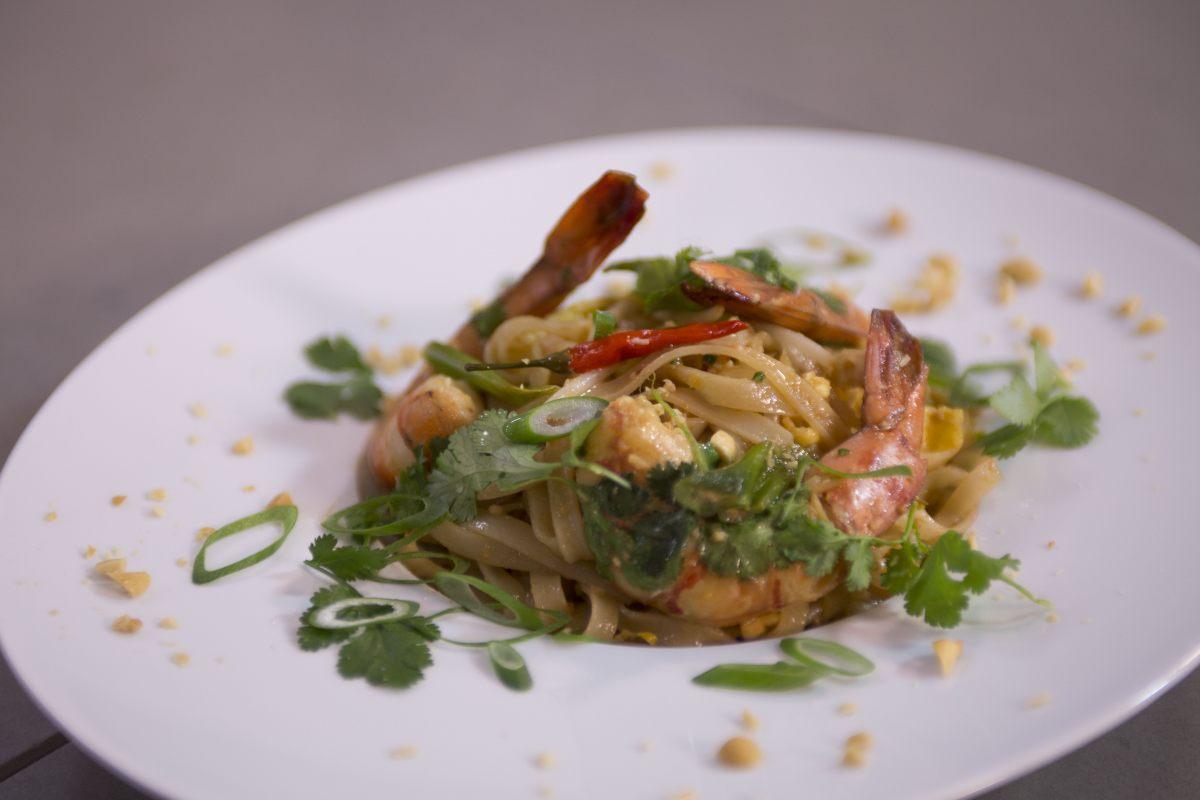 Cuire un pad thaï dans un wok