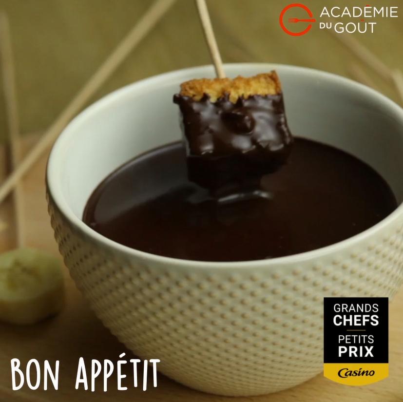 Fondue au chocolat, fruits frais et croûtons de brioche