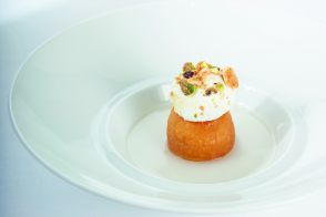 Savarin au whisky et neige de fruits secs par Guy savoy